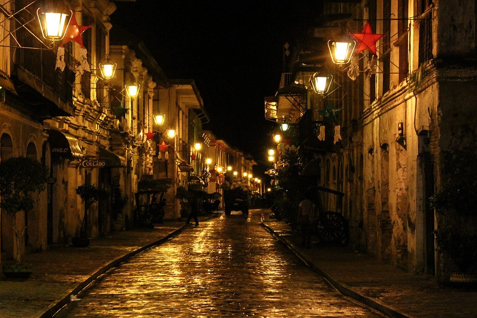 Calle Crisologo of Vigan reminds you of the historic district where you can ride horse-drawn carriages, it also takes you back in time. It is a 16th-century town that has preserved the classic Spanish Colonial architecture.