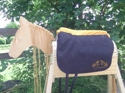 Saffa Skuggi Comfort anthrazit Comfortpolster: sonnengelb Logo: goldfarben + 5 cm rückenlänge