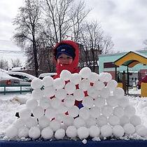 Со снежколепом можно выполнять любые фигуры - деткам очень нравятся подобные занятия. По младше - лепят гусениц и башни, а по старше - пирамиды, конусы и т. д.