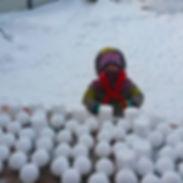 С помощью снежколепа можно налепить много идеально ровных снежков, при этом не намочив рукаквички