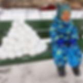 Ребенок занят и счастлива мама, прогулка со снежколепом стала интереснее - идём в магазин и по дороге лепим снежки.