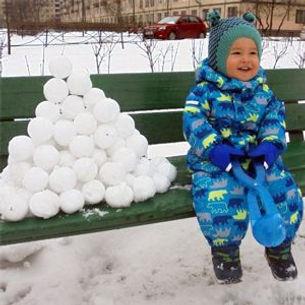 Игрушку снежколеп подарил в садике друг моему сыну на день рождения. До этого мы и не видели ни разу такое чудо!