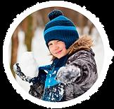 мальчик кидает снежок