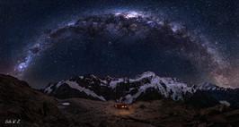 银河下的小木屋全景