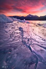 气泡湖上的冰裂