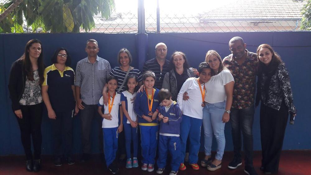 Alunos recebem medalhas da Competição Canguru de Matemática