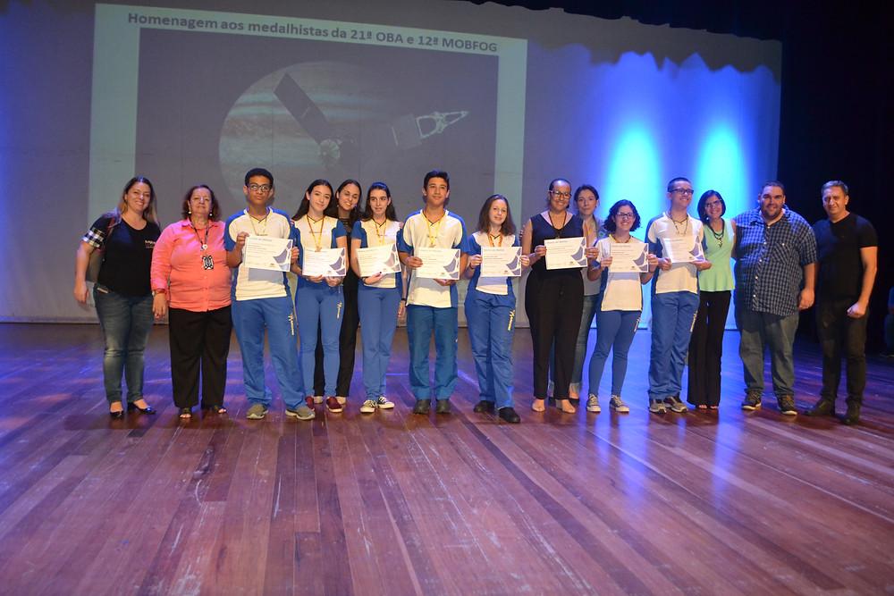 Alunos do Colégio Marconi recebendo premiação do OBA