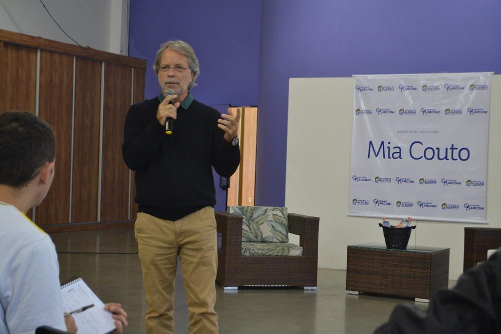 Colégio Marconi promove um bate papo com escritor Mia Couto