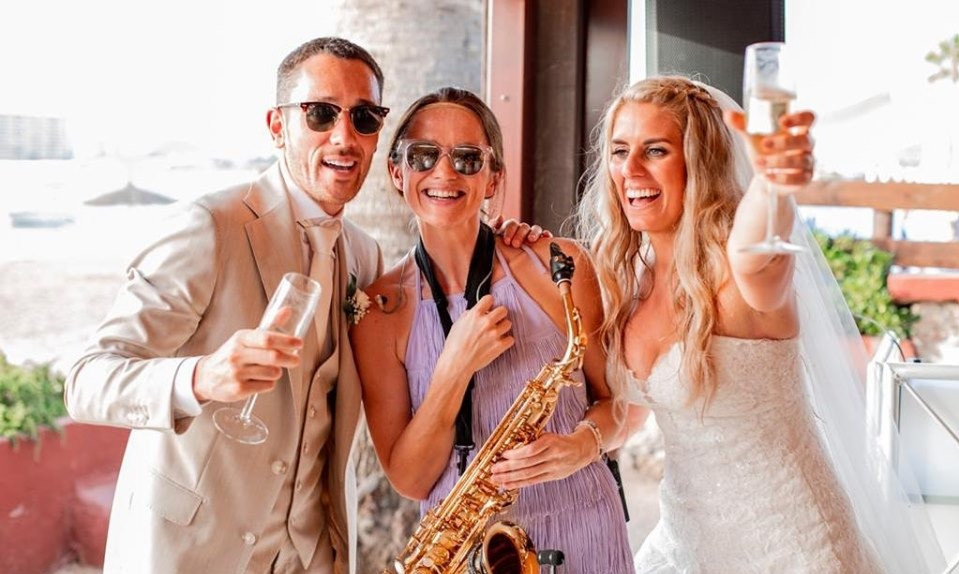 Sax player JenJammin Sax at wedding in Murcia with the bride and groom