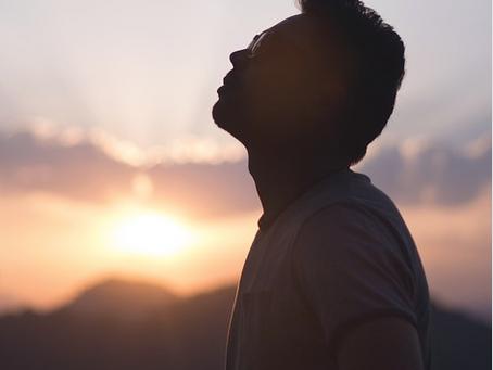 セロトニンを活性化する「ゆっくり吐く呼吸」 切っても切れない、心と呼吸の深い関係性とは?