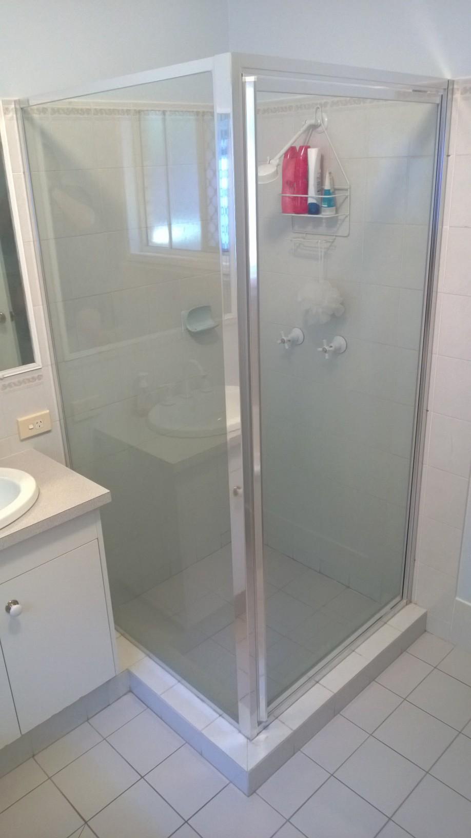 Pivot shower screen with return