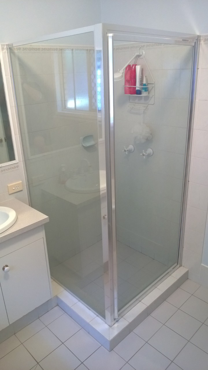 Pivot shower screen with return