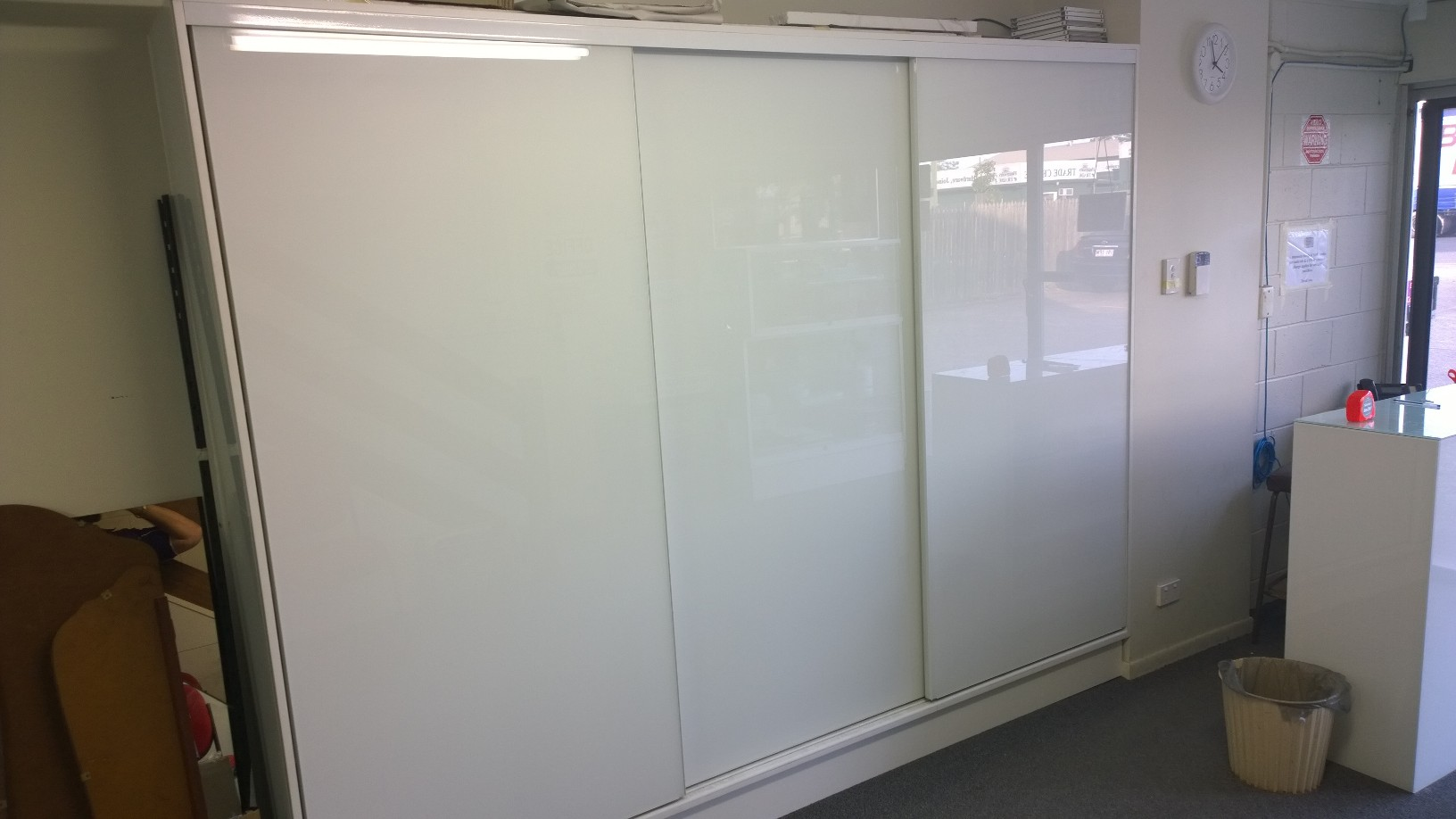 Semi-frameless super white wardrobe