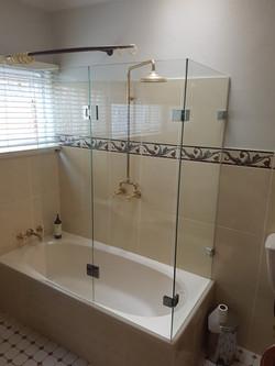 Frameless bath screen & hinged door