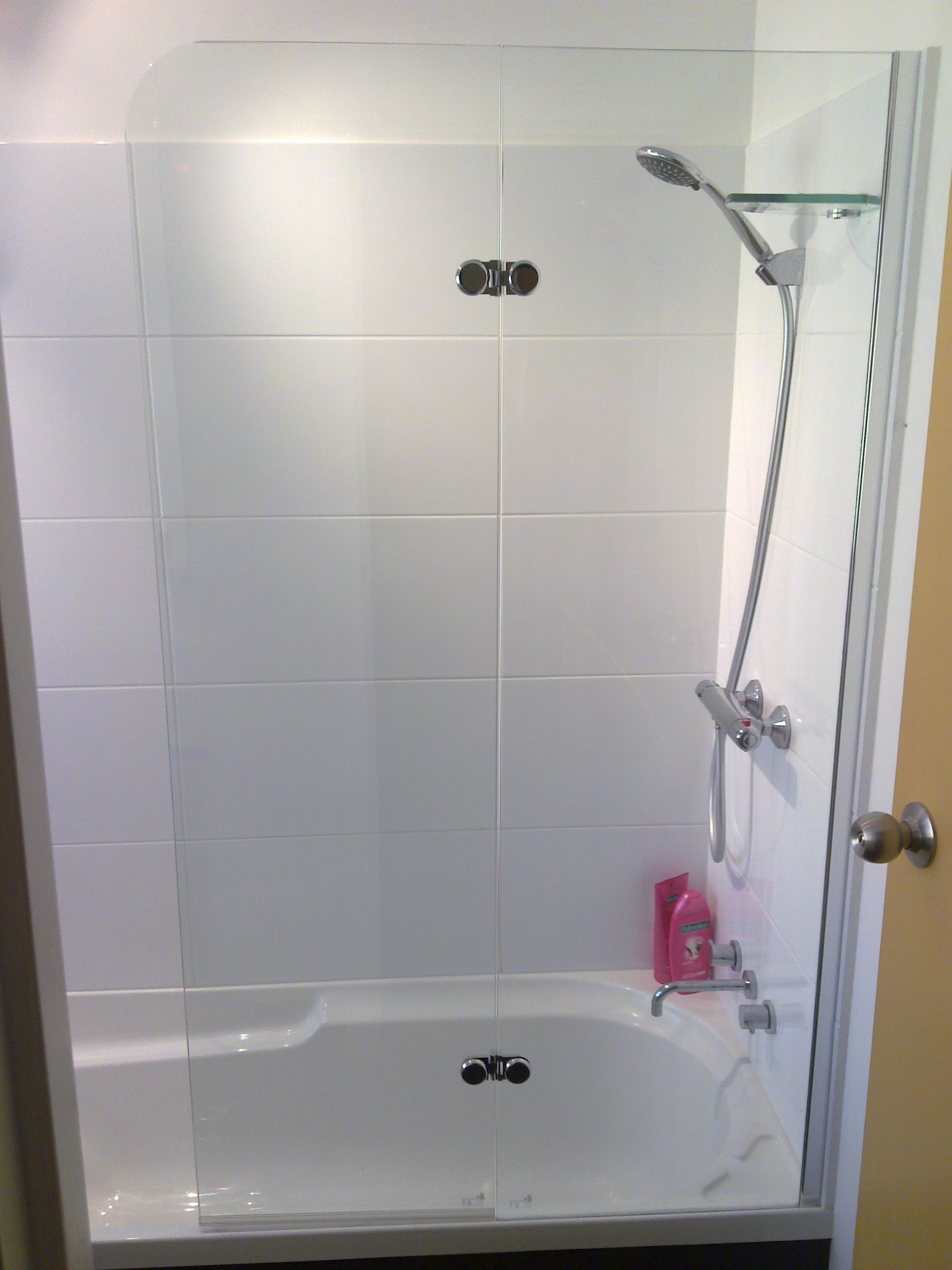 Frameless bath screen & hinged door