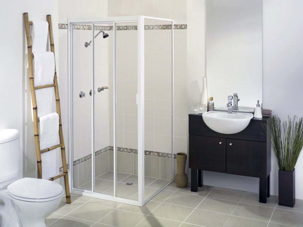 Sliding shower screen with return