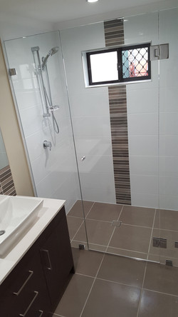 Frameless shower screen