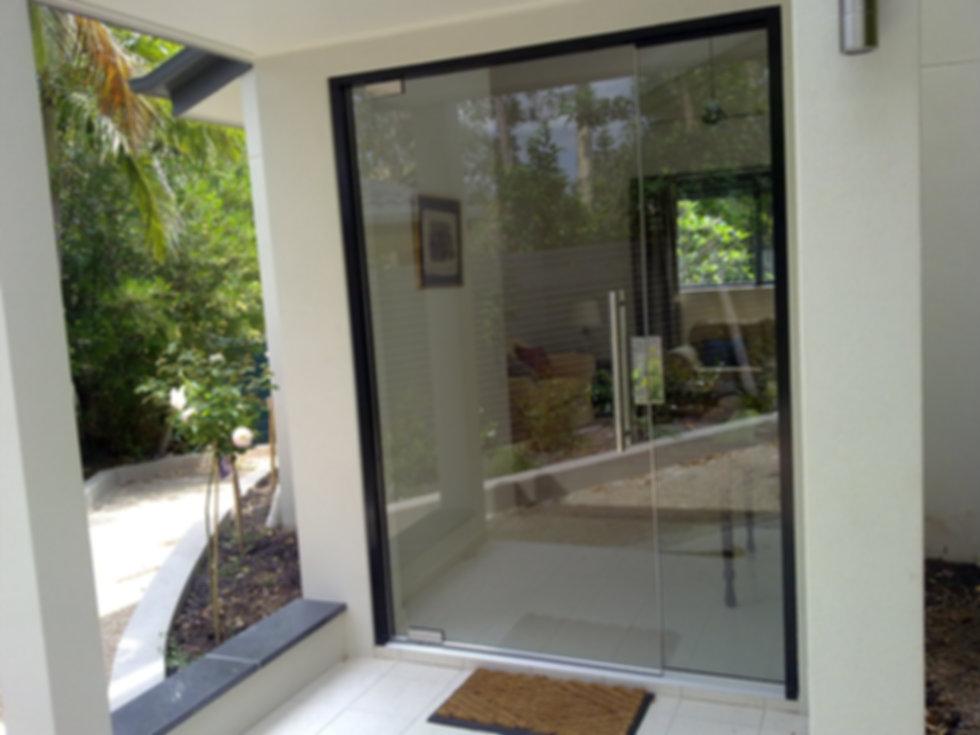 Frameless commercial pivot door