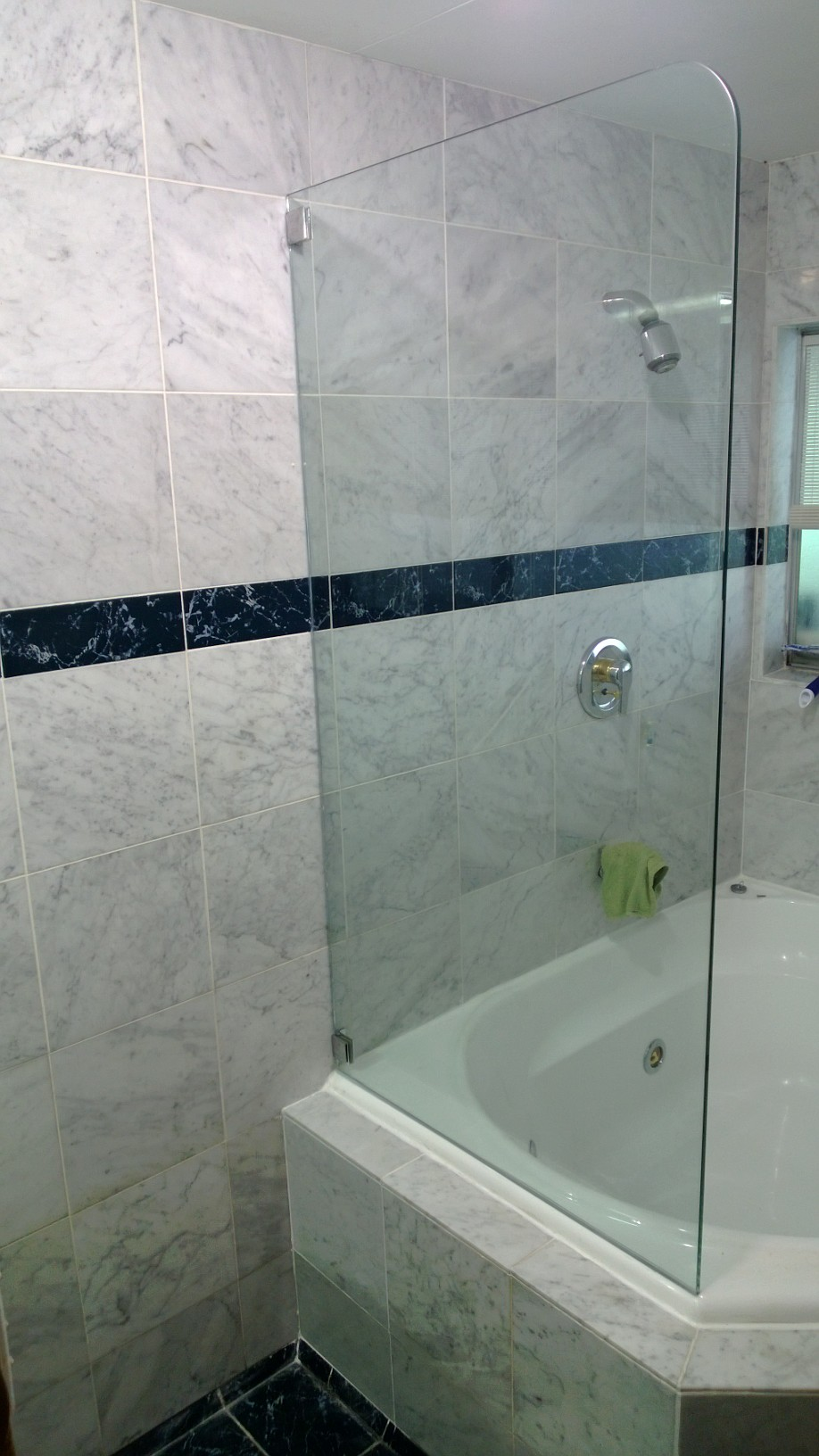 Frameless fixed bath screen