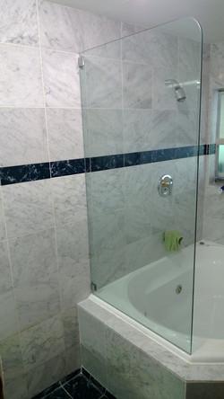 Frameless fixed bath screen