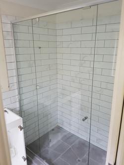 Semi-frameless inline shower screen
