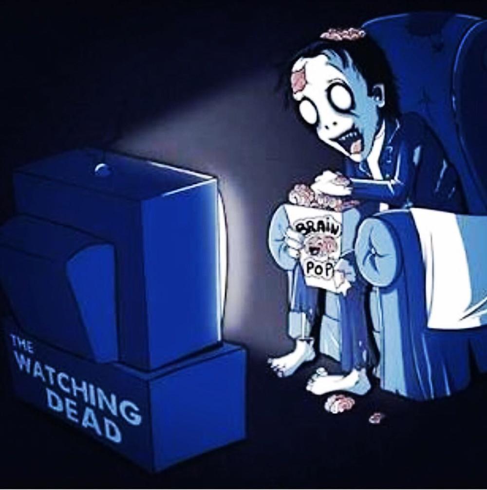 Pessoa hipnotizada pela televisão
