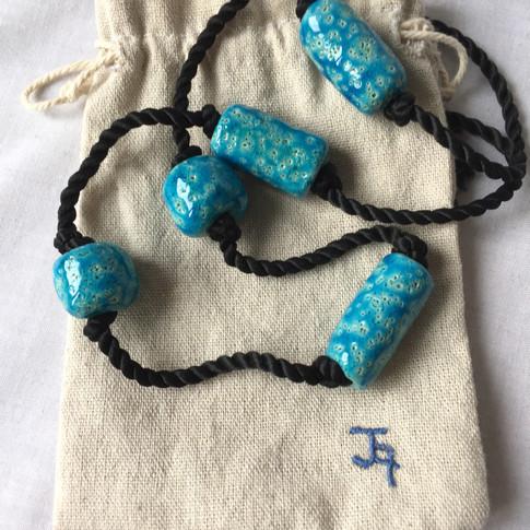 ref. 963A2L:   collar abalorios de pasta egipcia 96cm   bolsa para conservarlo   realización a mano