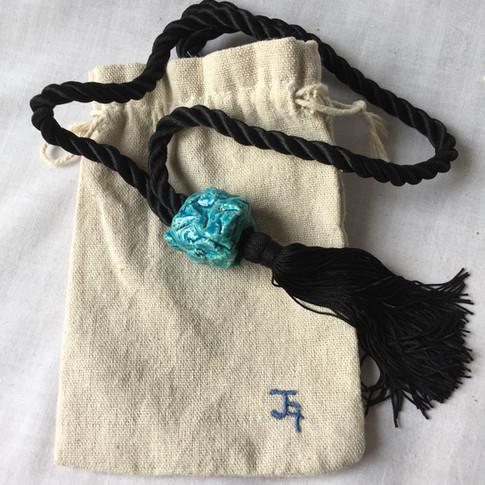ref. 961R00:   collar abalorios de pasta egipcia 96cm   bolsa para conservarlo   realización a mano