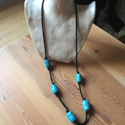 ref. 965A00:   collar abalorios de pasta egipcia 96cm  realización a mano