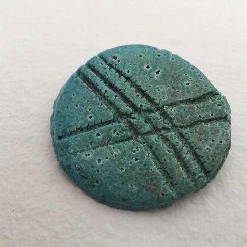 Broche líneas pasta egipcia, realizado a mano