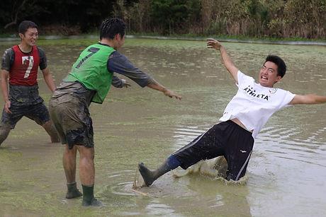 田んぼで泥だらけになる自分.jpg