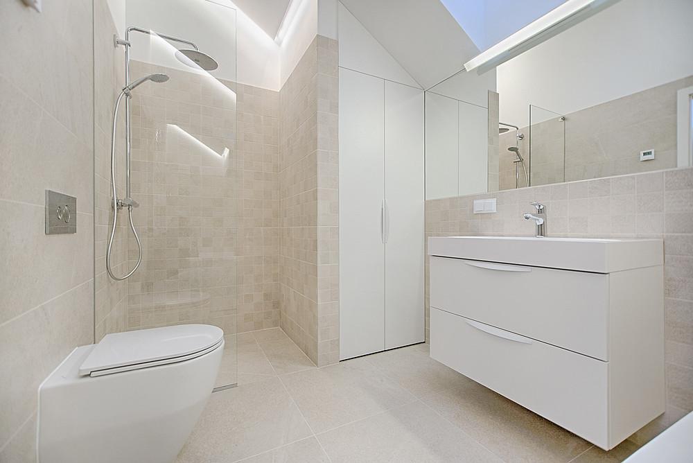 Baño de casa de lujo MIC Multiservicios
