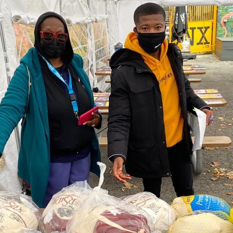 Action de grâces: distribution de nourriture!