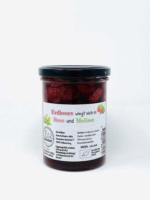 Erdbeere wiegt sich in Rose und Melisse