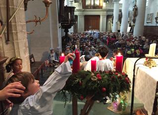 Stemmig kerstspel in de kerk...: onze kleuters sluiten het eerste trimester feestelijk af!