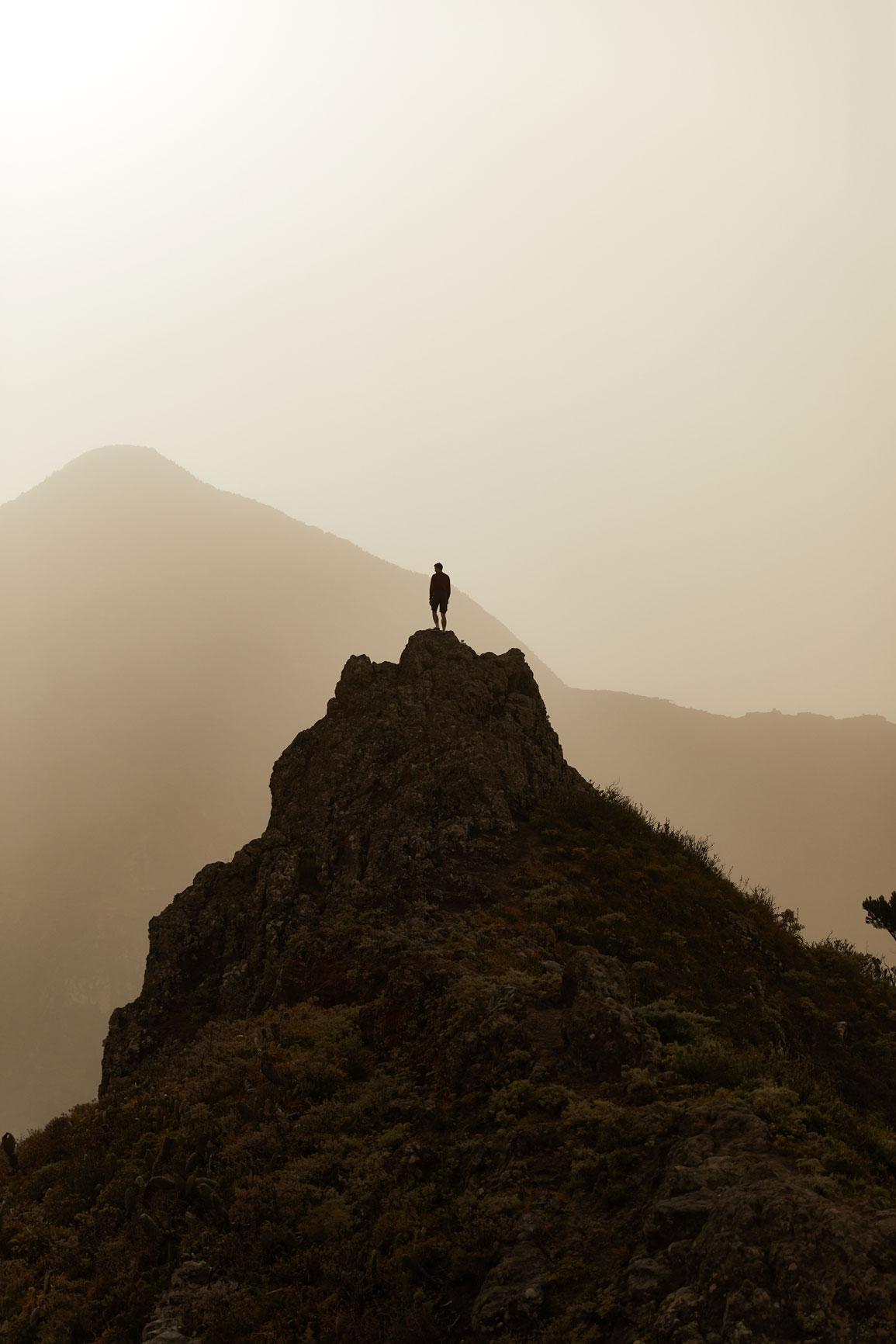photographe outdoor en randonnée dans les montagnes de tenerife