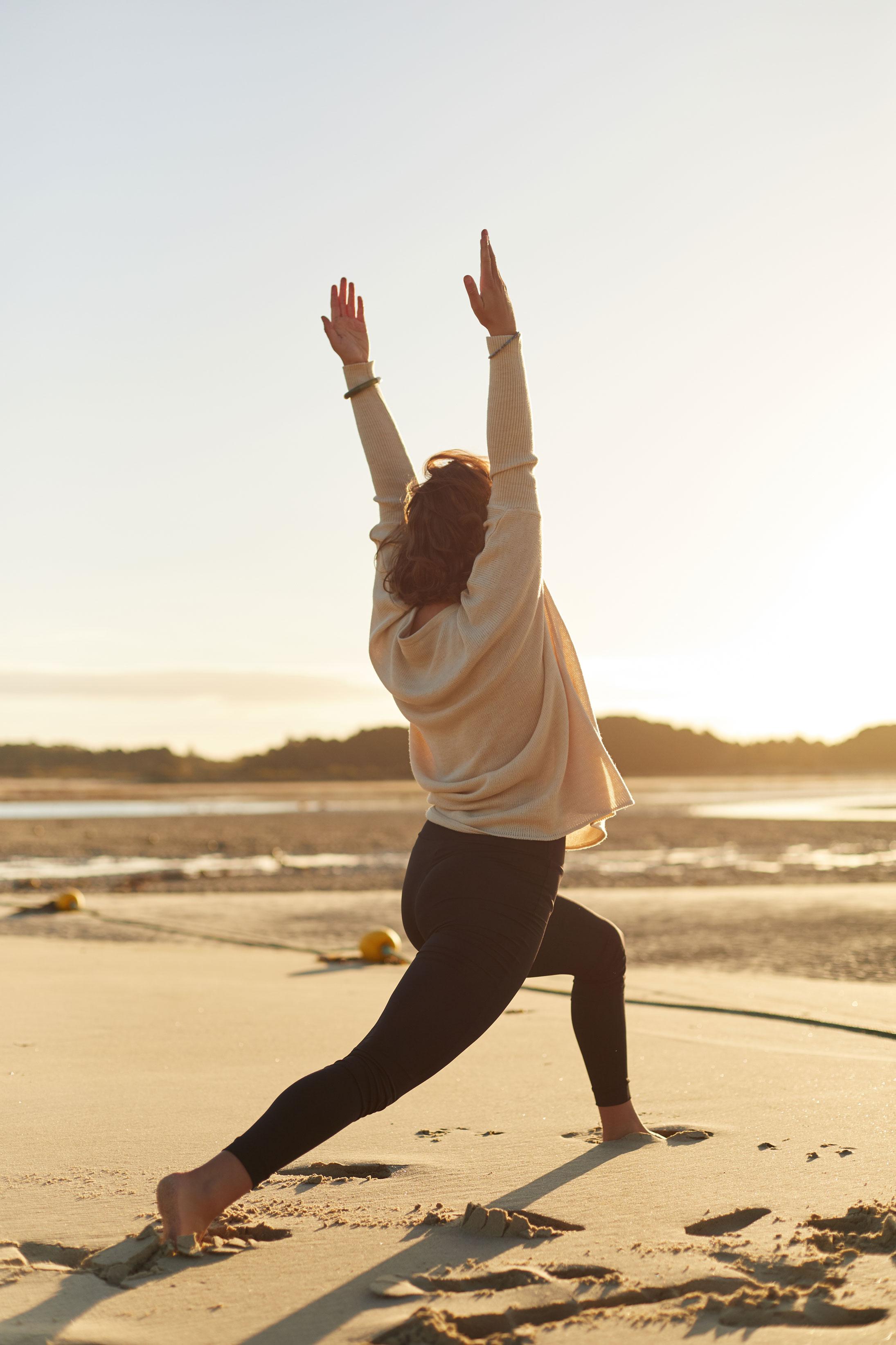 serie photo lifestyle, yoga sur la plage de Carnac, Bretagne