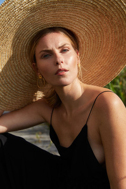 photographe professionnel mode et beauté avec mannequin et maquilleuse/coiffeuse