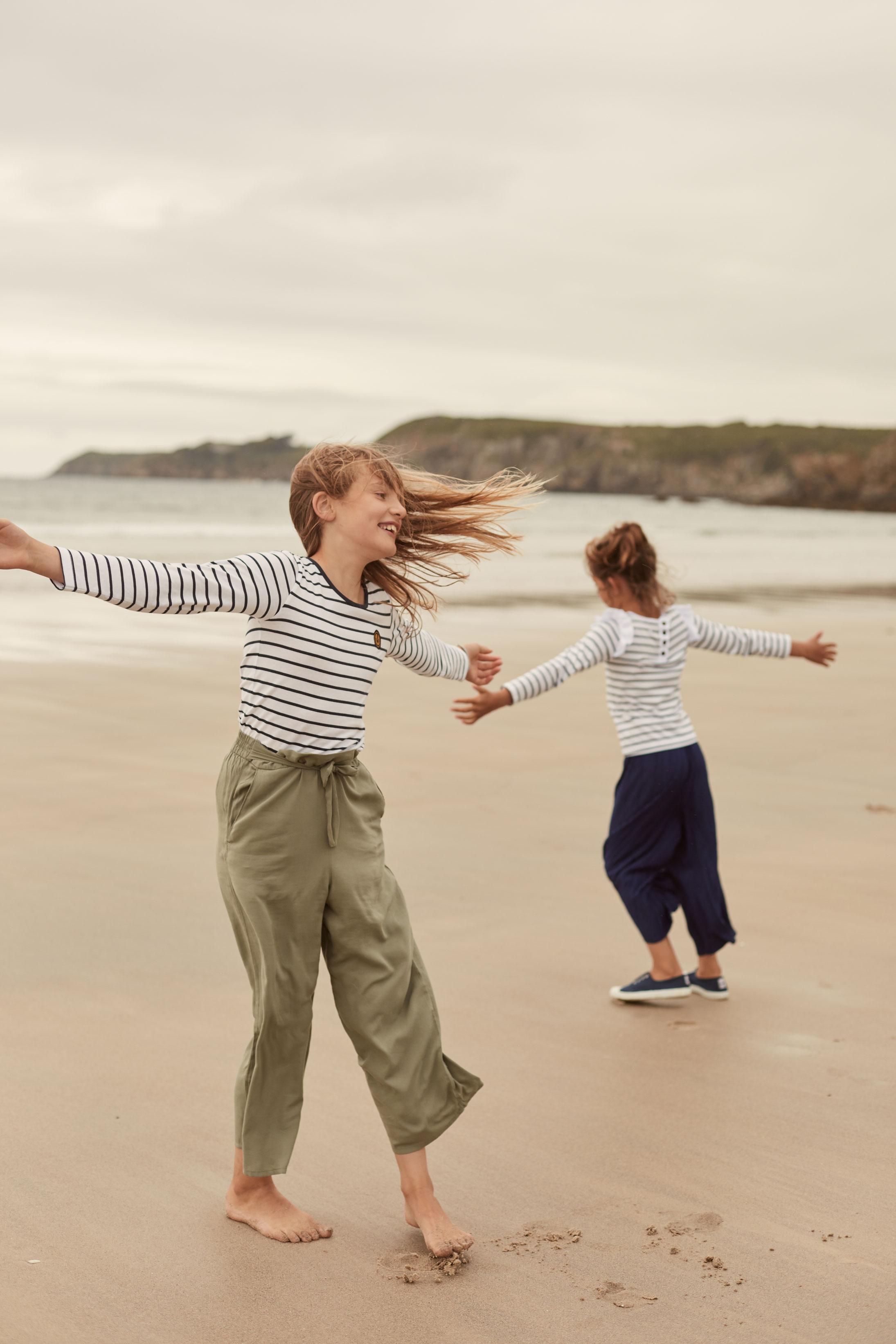 seance photo famille avec a l'aise breizh sur la plage au Conquet en Bretagne