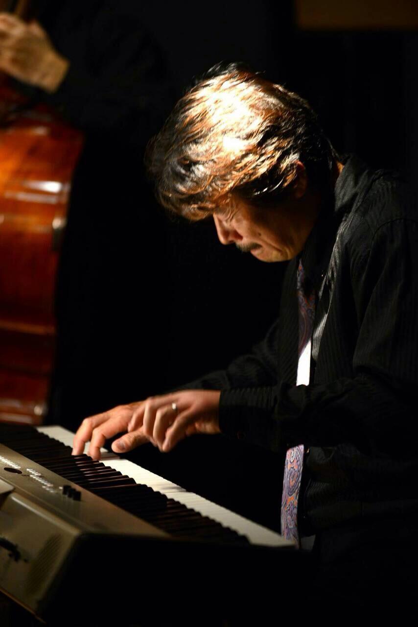 ト、キーボーディスト 作曲、編曲家      長野市出身    ■1989年 日本テレビ専属バンド「ガッシュアウト」のピアニストとなり、「歌のトップテン」「サウンドルーフ」「24時間テレビ」などの番組のレギュラーピアニストをつとめる。 「菅原やすのり」民音ツアーのほか「堺正章」の専属ピアニス卜として活動。  ■1993年 「香西かおり」「城之内早苗」の専属キーボーディストとして全国各地で演奏。  ■1995年 「加藤紀子」コンサートのキーボーディストとして活動。  「大事MANブラザーズバンド」のサポートキーボーディストとして活動。  ■1996年 「高橋由美子」ツアーピアニストとして赤坂ブリッツ、福岡ドームなどで演奏。 「ミュージカル中尾ミエ」全国公演に参加。  ■1997年 阿達彰義氏率いるサルサバンド「ラ・ディヴィシオン・デルスール」で全国の学校コンサートに出演。  ■1999年 「モーニング娘。」の専属キーボーディストとして全国ツアー参加。ライブビデオ&DVD「HELLO」「メモリー青春の光ツアー」に収録参加。  ■2001年 堀六平氏率いる「わさびーず」のキーボーディストとして活動。 NHK長野放送局レギュラー出演。  ■2003年 「狩人」コンサートのキーボーディストとして活動。 ギタリスト矢萩秀明氏のグループ「amandola」に参加。  ゴスペルグループ RADISH の公演「ROAD」に参加。   長野県歌「信濃の国」や「木曽節」のよさこいアレンジ制作で地元に貢献。 横浜jazzプロムナードに出演。 「ホテルブエナビスタ」のブライダルCM制作。  ■2004年 日本工学院専門学校音響芸術科の卒業制作CDにアルバム参加 ニューヨーク在住の「加納洋」民音公演に参加。  「菊地丈夫セッション」に参加。アルバム「小川まきSALASALA」に参加。  やなせたかし氏のミュージカル 「白雪姫と人魚王子」に参加。  ■2005年 ギタリスト矢萩秀明氏のアルバム「amandola」に参加。「FMレディオ湘南」出演。 声優「折笠愛」Liveに参加。 「加藤夕季」CDに参加。 「ナオミ・グレース」LIVEに参加。 ■2006年  「加納洋」民音コンサートツアーに出演       ■2007年  「ナオミ・グレース」LIVEに参加。  「ラディッシュ・マスクワイヤー」LIVEに参加。 宮古島にてユニット「kokoro」初LIVE 。  ■2008年  マリナーズ イチロー選手のバッターBOX in のテーマソングをアレンジ制作。 トランザムのvocal 高橋ノブ氏の広島ライブサポート。 三宅島チャリティーイベント「がんばれ三宅島」にユニット「kokoro」出演。  ナオミ・グレース&シルエッツのLIVEに参加。  元フィンガー5のT.AKIRA氏のLIVEバンド「ラナンキュラス」に参加。  ■2012年 6月小笠原、8月対馬・隠岐・熊野クルーズ船「ふじ丸」にて菅原洋一氏のステージサポート。 ユニット「kokoro」の初アルバム 「KIZUNA UTA」(きずなうた)制作 木曽町オリジナルよさこい 「御岳絆歌」制作プロデュース    JAZZ・Latin・J-POP・ニューミュージック等、幅広いジャンルの 音楽シーンで、ピアノ、シンセサイザーのオールマイティなプレイヤーとして活動のほか、作曲やアレンジも手がけ、これまでに教育ビデオ、CM音楽などのほか、新人歌手、YAMAHA XG プロジェクトなどの楽曲や、オリジナルYOSAKOI等も制作している。