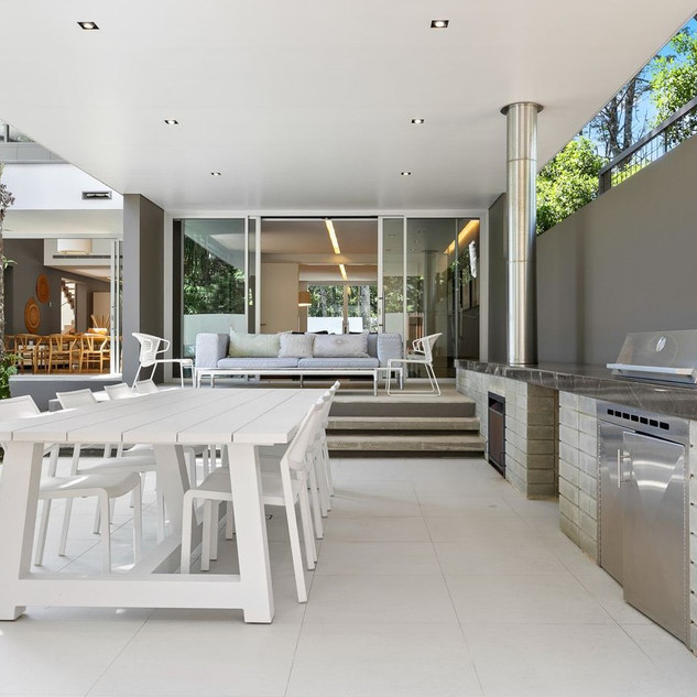 Outdoor dining / BBQ area