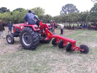 Un tractor para aumentar el cultivo de arroz en Kanso