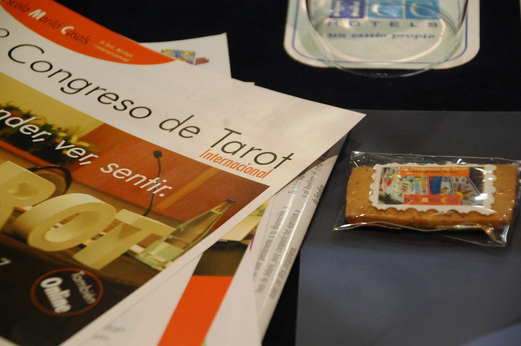Dossier y galleta del Congreso