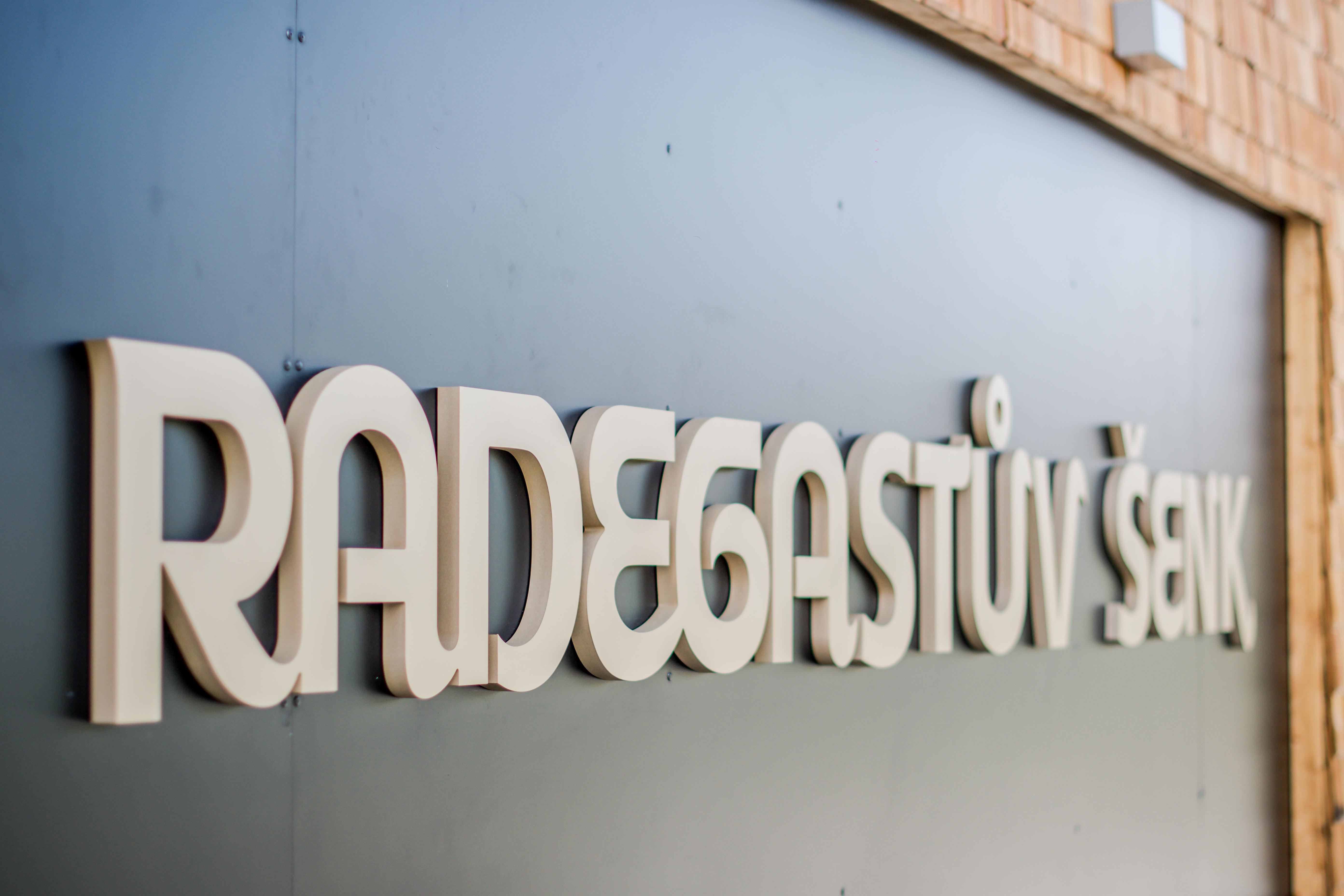 logo na budově