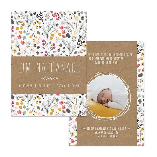 Geburtskarte Babykarte mit Namen auf Muskatpapier auf Blumenmuster im skandinavischen rustic Scandi Stil