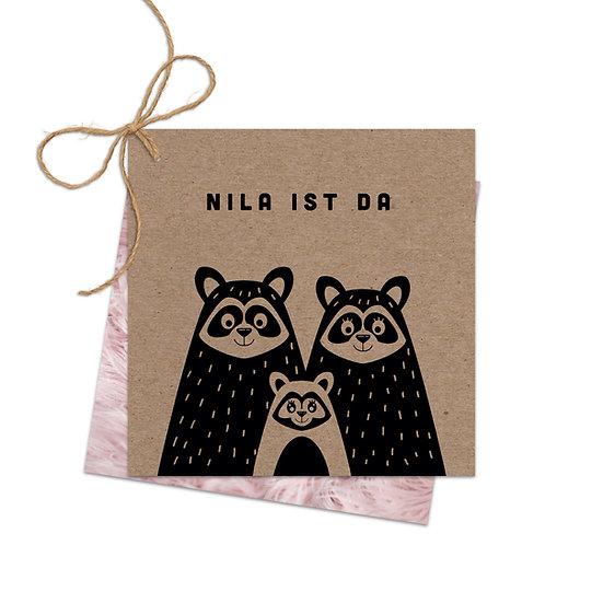 Geburtskarte Babykarte echtes Muskatpapier Kraftpapier mit Waschbär Familie Handlettering Fotokarte zwei Karten mit Schnur
