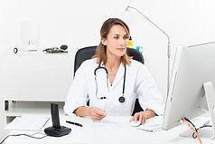 Femme_médecin_cabinet.jpg