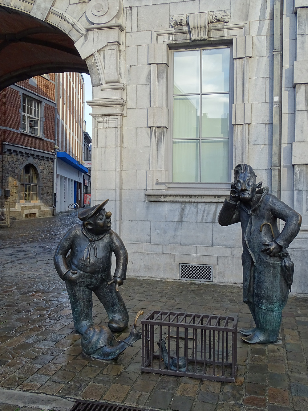les statues de Djoseph et Françwè, Place d'Armes à Namur