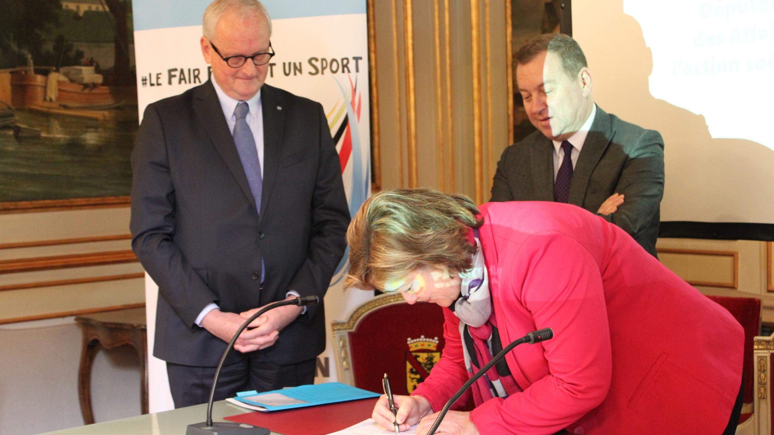 Geneviève Lazaron signe la charte