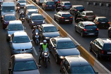 """Forskning viser at """"lane-splitting"""" er mindre farlig og mere miljøvennlig enn antatt"""
